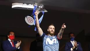 Pola levanta el trofeo de campeón de la Copa de España