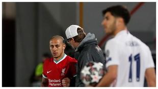 Thiago recibe instrucciones por parte de Klopp antes de entrar en...
