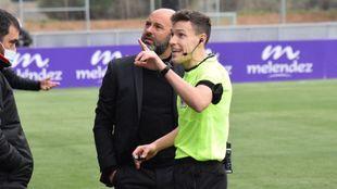 Imagen del árbitro del encuentro, junto a David Movilla, entrenador...
