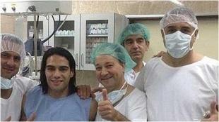 Falcao rodeado de médicos en una operación que le realizaron.