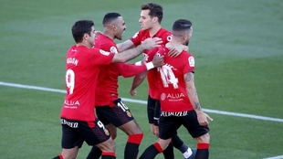 Los jugadores abrazan a Dani Rodríguez tras marcar su gol en el...