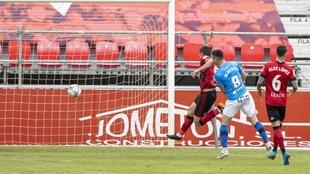 Olaetxea ve como su lanzamiento traspasa la meta de Lizoain