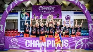 Las jugadoras del Valencia Basket levantan el trofeo de campeonas