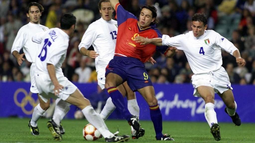 José Mari, rodeado de rivales en el partido frente a Italia