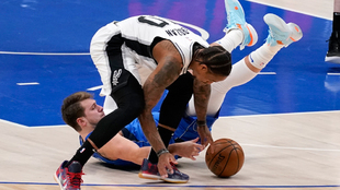 DeRozan recoge el balón del suelo ante Luka Doncic