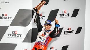 Jorge Martín, en el podio, con el trofeo que le acredita como tercero...