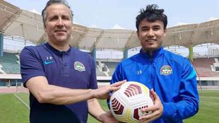 Javier Pereira y Dilmurat Mawlannyaz posan para MARCA en el estadio de...