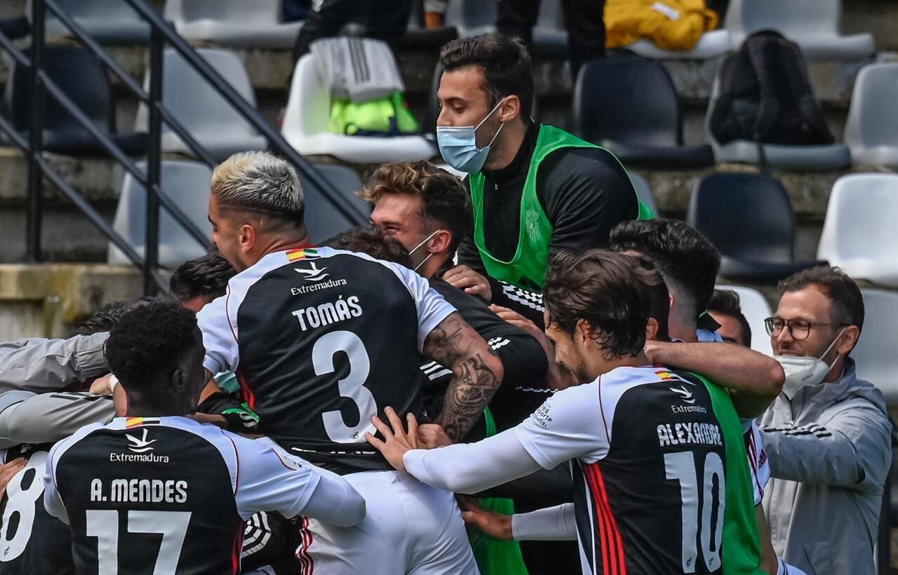 El Badajoz celebra el triunfo ante el Castilla y el pase a los playoffs.