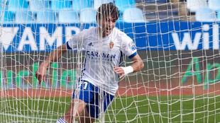 Iván Azón celebra el gol que materializó ayer al Almería.