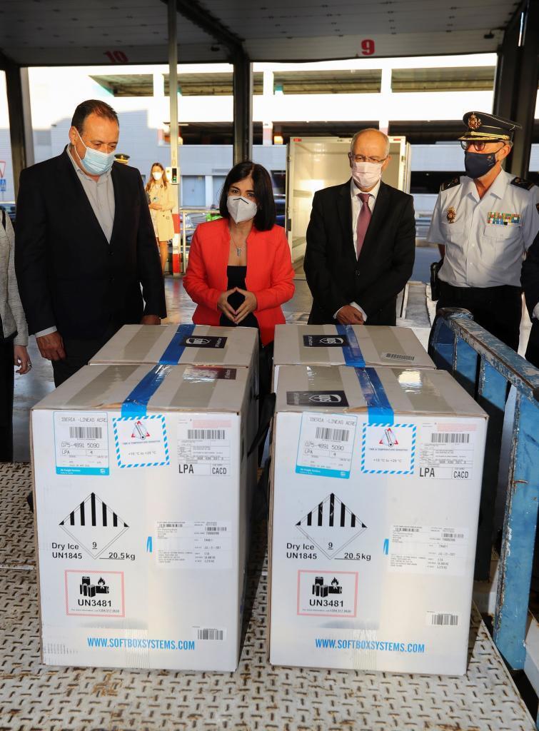 La ministra de Sanidad, Carolina Darias, asiste a la descarga de un nuevo envío de vacunas contra la covid-19 de Pfizer/BioNTec en el aeropuerto de Gran Canaria /