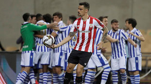 Dani García coge el balón mientras los jugadores de la Real Sociedad...