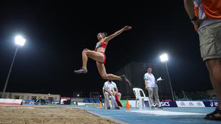 La atleta Sara Martínez durante un salto.
