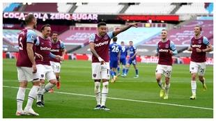 Jesse Lingard celebra uno de sus goles contra el Leicester.
