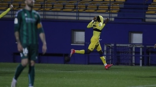 Nwakali celebra el gol ante la desesperación de Gálvez