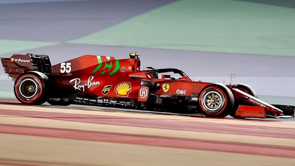 Sainz, al volante del SF21 en el circuito de Sakhir.