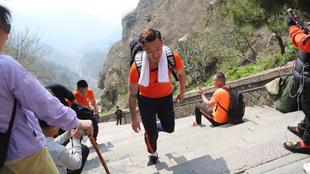 Xu Xin subiendo los escalones del Monte Tai el viernes pasado en la...