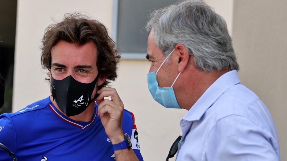 Carlos Sainz habla con Fernando Alonso.