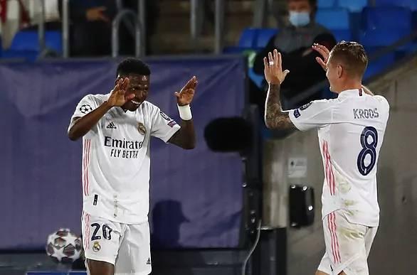 Vinícius y Kroos festejan el primer gol de la ida