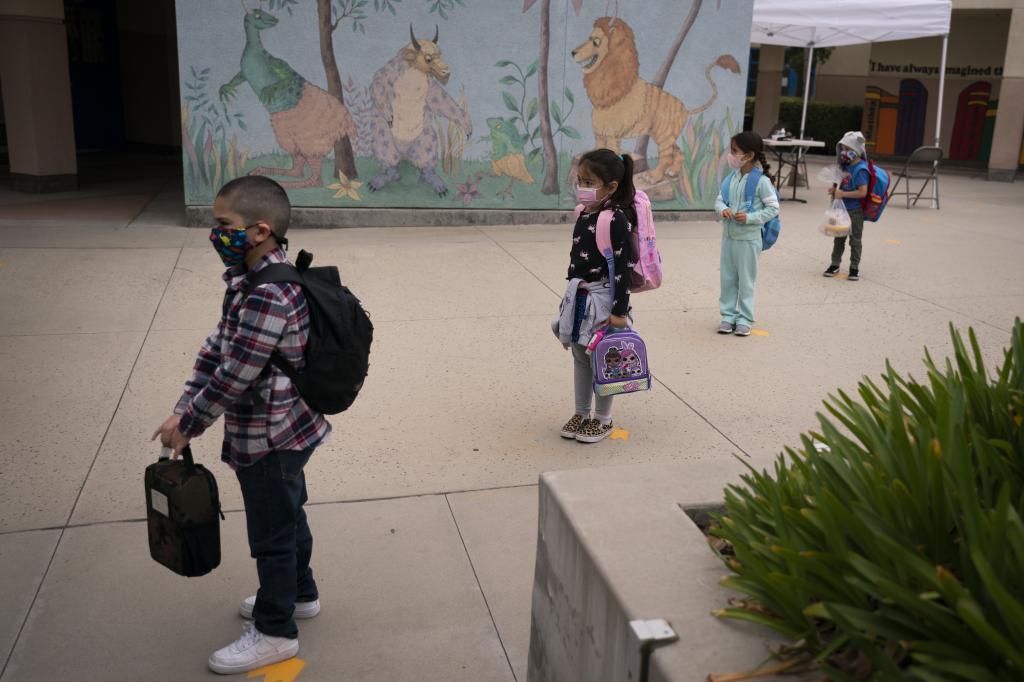 Nios acuden al colegio en Los Angeles, guardando distancia social, tras la reapertura de las escuelas