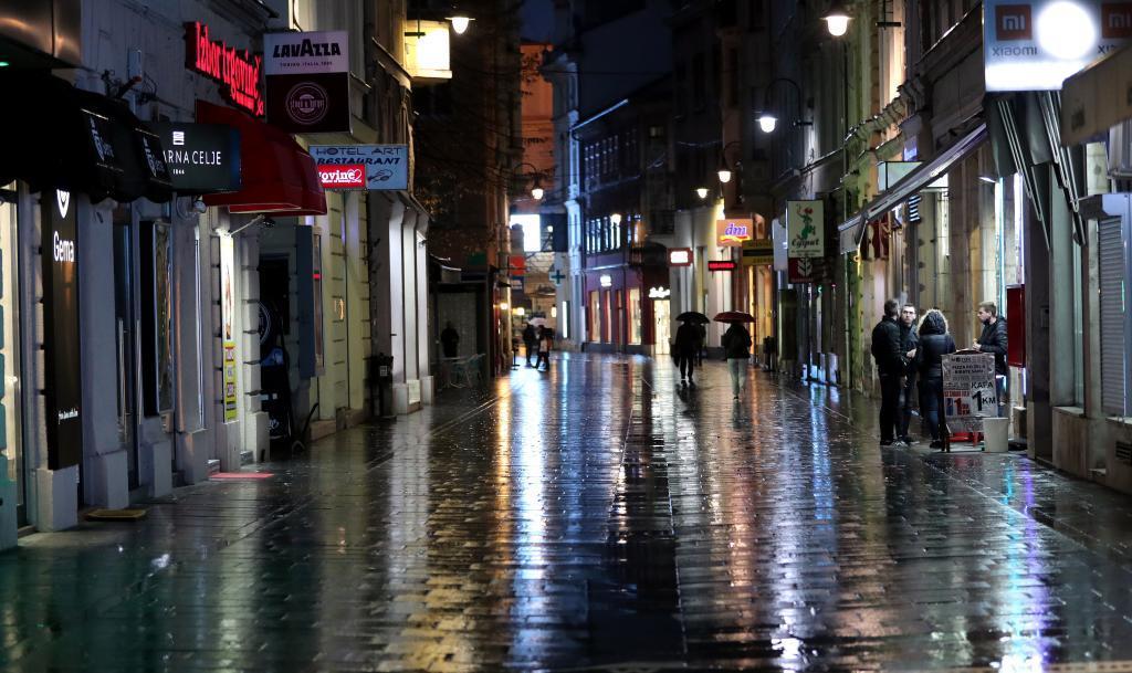 Calle desierta en Sarajevo, tras el confinamiento decretado en Bosnia por el recrudecimiento de la pandemia