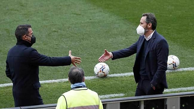 Luis García Plaza  y Vicente Moreno  se saludan antes del partido de...