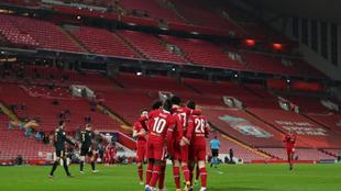 Los jugadores del Liverpool celebran un tanto esta temporada con las...