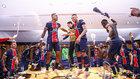 Los jugadores del PSG celebran en el vestuario el pase a semifinales...