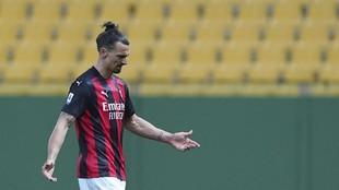 Ibrahimovic se marcha enfadado del campo tras ser expulsado ante el...