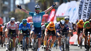 Cavendish celebra su victoria.