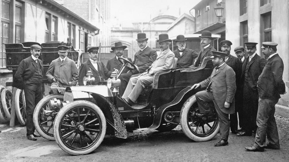 Wilhelm Maybach, en el asiento del copiloto de un Mercedes-Simplex 18/22 hp en 1903.