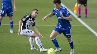 Tejera, cone l balón, ante Rubén Martínez en el Castellón-Oviedo