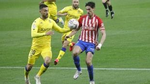 Pablo Pérez lucha con José León durante el Alcorcón-Sporting