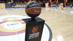 El balón oficial de la Euroliga antes de un encuentro de la...