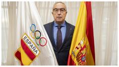 Alejandro Blanco posa con la bandera de España y la del Comité...