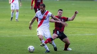 Mario Suárez y Caballero pelean por el balón