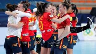 Las jugadoras de la selección española celebran una victoria en el...
