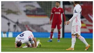 Benzema se duele de la patada de Millner.