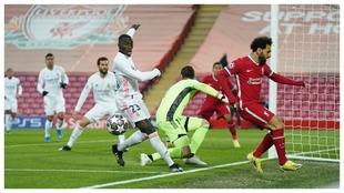 Courtois, tras una de las primeras llegadas del Liverpool.