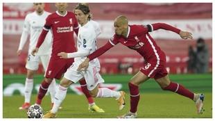 Modric avanza con el balón ante la presencia de Fabinho.