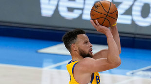 Stephen Curry lanza a canasta ante los Thunder