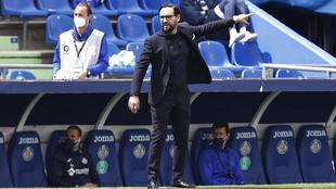 El técnico del Getafe, durante un partido de esta temporada en el...