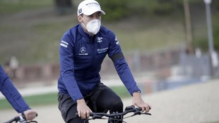 George Russell, el jueves, dando al vuelta a Imola en bicicleta.