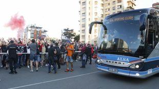 Recibimiento al autocar del Sporting en el derbi del pasado mes de...