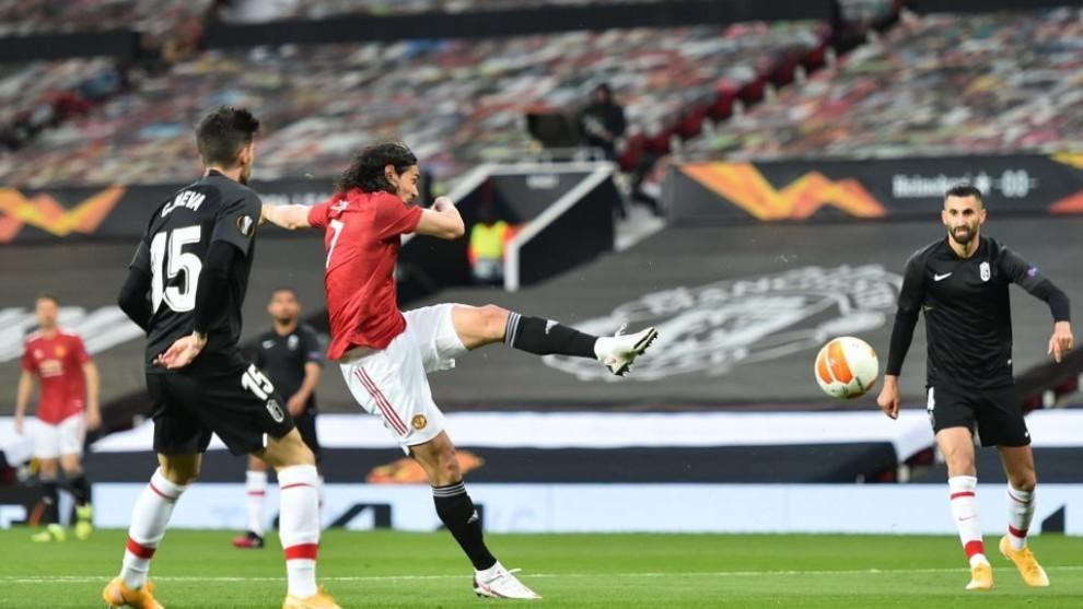 Cavani adelantó al Manchester United con este remate de volea.