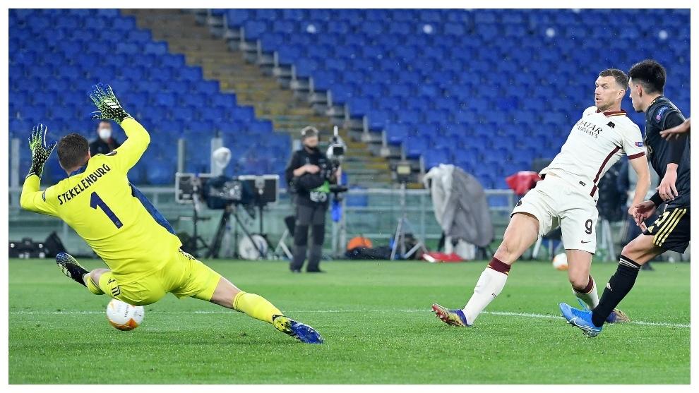 Edin Dzeko remacha a la red el 1-1 de la Roma.