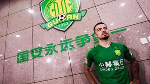 El futbolista Li Ke aguarda en el tunel de vestuarios con un logo del...