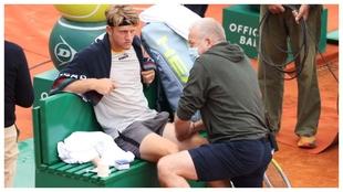 Davidovich es atendido en su pierna izquierda