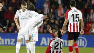 Sergio Ramos and Aritz Aduriz arguing during an Athletic vs Real...
