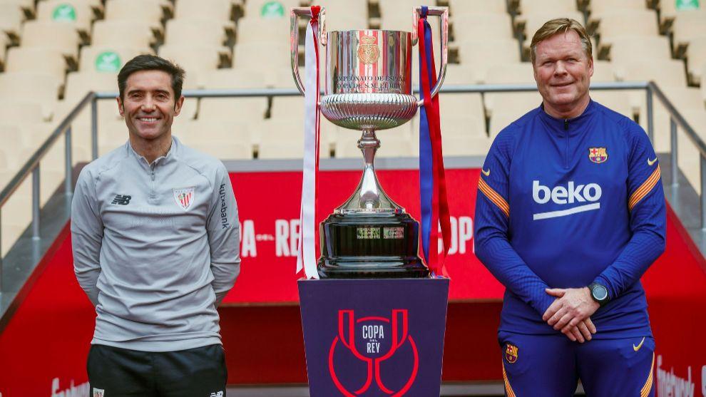 Marcelino posa junto a Koeman con el trofeo de Copa entre los dos.