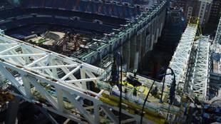 Pesa 800 toneladas y tardó 6 horas en subirse: instalada la megacercha en el Bernabéu